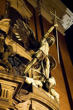 399px-Statue_of_Archangel_Michael_over_the_main_Gate_of_the_church_Sankt_Michaelis_in_Hamburg_Germany